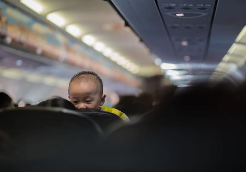 como viajar com bebê de avião