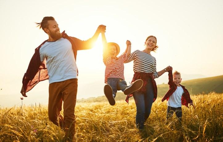 familia brinca em viagem com filhos