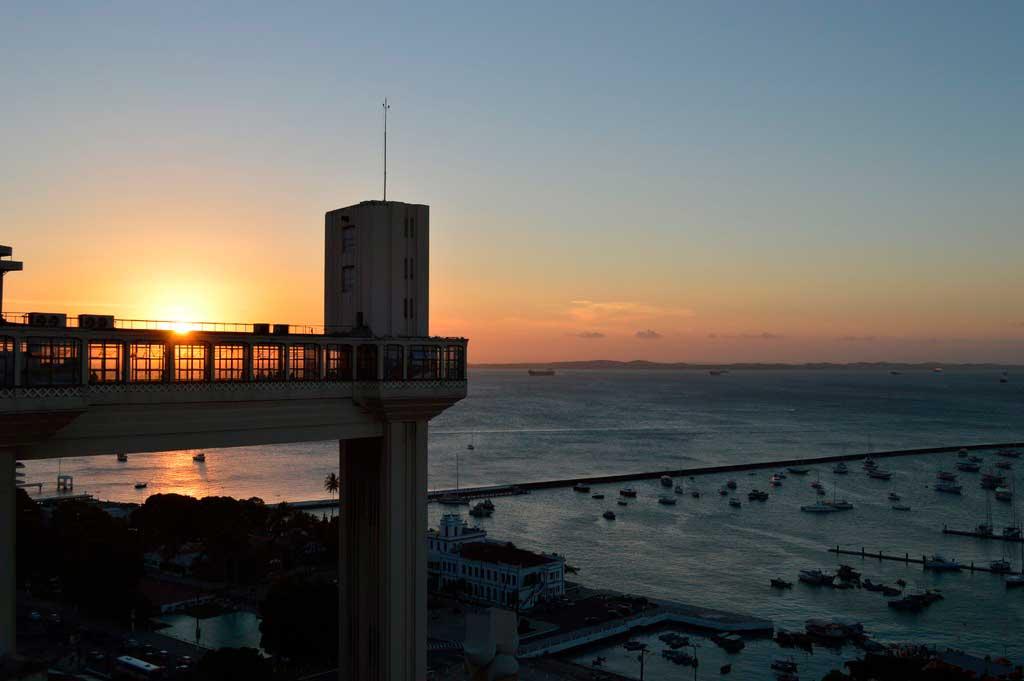 Pôr do sol no elevador Lacerda em Salvador, Bahia
