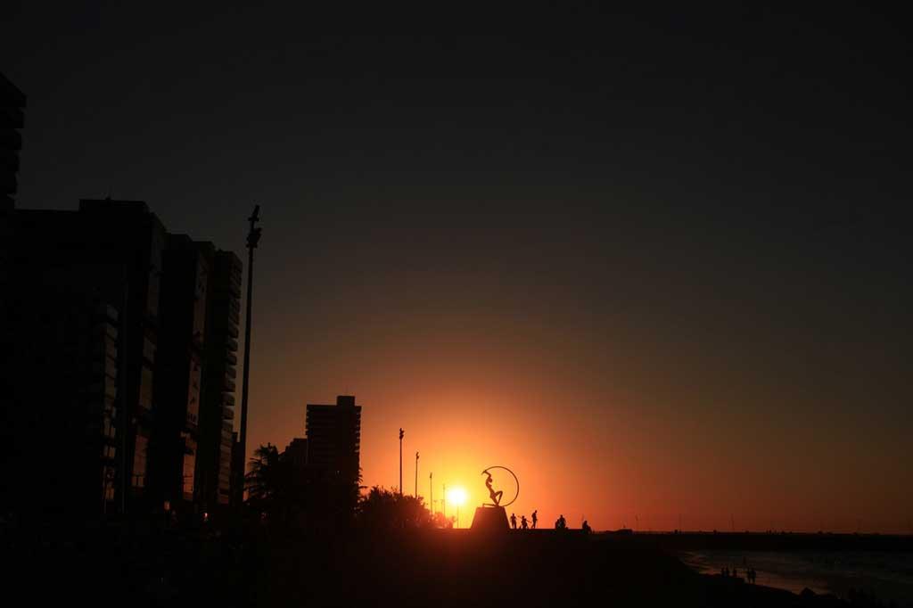 Foto de fortaleza ao pôr do sol