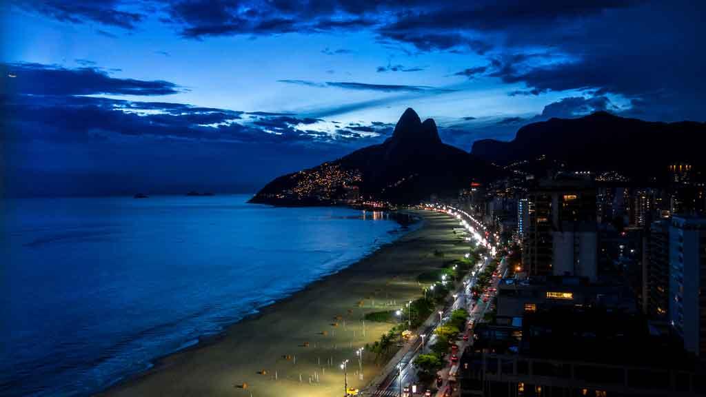 Pontos turísticos no Rio de Janeiro à noite