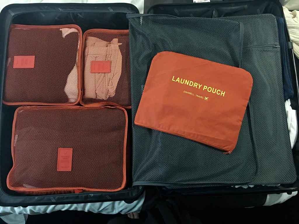 Como organizar uma mala de viagem a trabalho enrole os itens