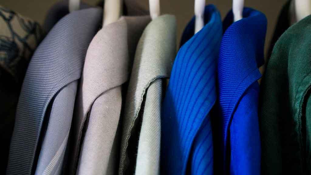 Como organizar uma mala de viagem a trabalho selecione as roupas mais importantes