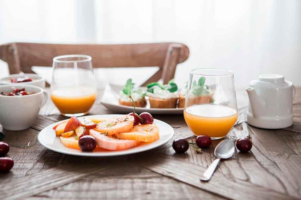 Como economizar em viagens corporativas refeições saudáveis