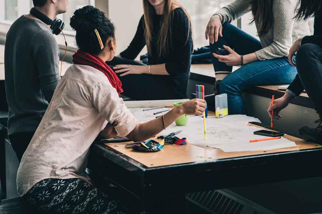 Viagem corporativa em grupo delegue tarefas