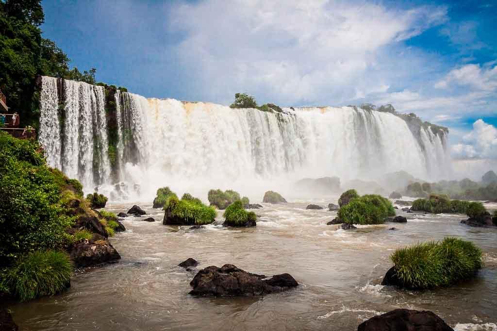 Verão no Brasil destinos com cachoeiras