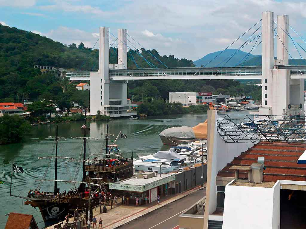 O que fazer em Itapema passeio de barco pirata